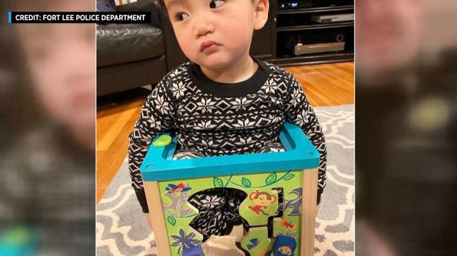 La police du New Jersey intervient pour délivrer un garçon de 20 mois coincé… dans l'un de ses jouets