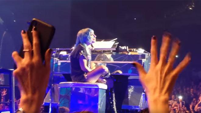 Bradley Cooper rejoint Lady Gaga sur scène pour chanter