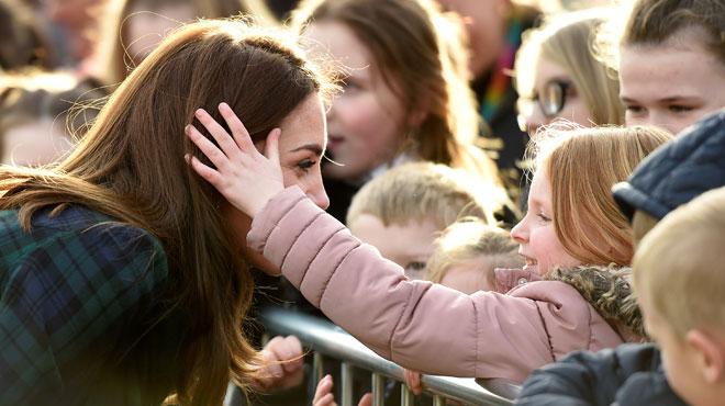 Kate Middleton partage un instant complice avec une jeune fan (photos)