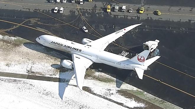 Au Japon, un avion glisse à cause de la neige et s'enfonce dans la piste d'atterrissage