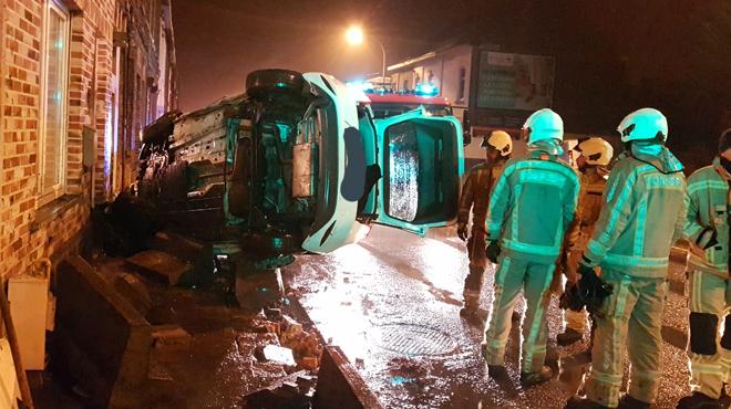 Accident spectaculaire à Marcinelle: une voiture percute une façade et finit sur le flanc