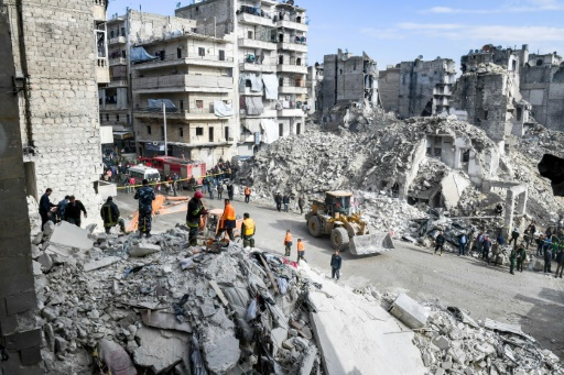 Endommagé par la guerre, un immeuble s'effondre à Alep en Syrie: 11 morts