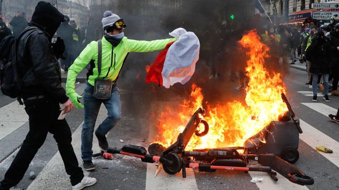 Gilets jaunes à Paris: la tension monte, des heurts éclatent entre manifestants et forces de l'ordre