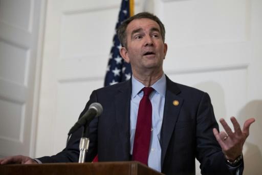 USA: un gouverneur démocrate refuse de démissionner après une photo raciste