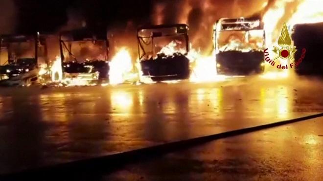 Impressionnant incendie en Italie: 8 bus prennent feu dans un dépôt