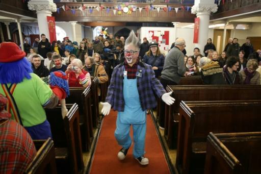 Des dizaines de clowns rendent hommage au père du clown moderne à Londres