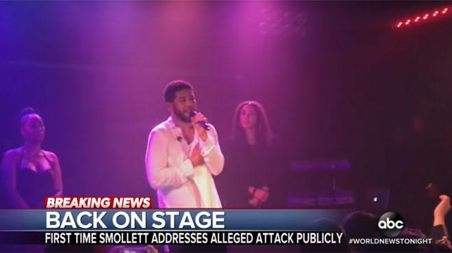 Quelques jours après une violente agression raciste et homophobe, Jussie Smollett monte sur scène: