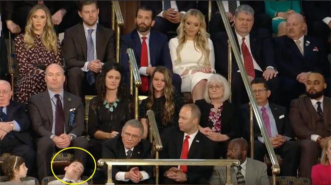 Joshua Trump, harcelé à cause de son nom et invité au Congrès américain S'ENDORT pendant le discours du président