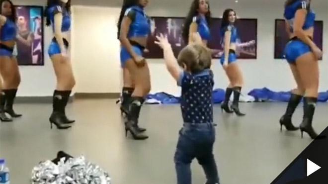 Ce petit garçon S'ÉCLATE lors d'un entraînement de pom-pom girls (vidéo)