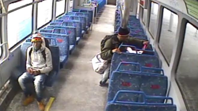 Cauchemar à la gare: ce père laisse son bébé dans le train pendant qu'il va fumer une cigarette sur le quai... (vidéo)