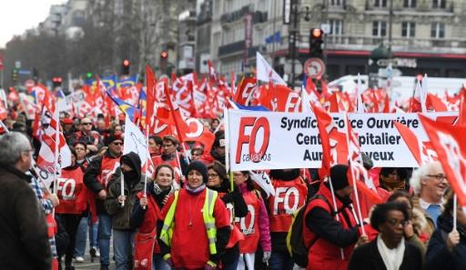 Des milliers de fonctionnaires, parfois en jaune, marchent pour leurs salaires