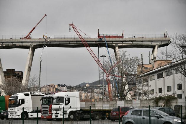 Un premier tronçon du pont de Gênes mis à terre — Italie