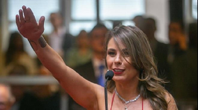 Prestation de serment: la tenue de cette représentante de l'état suscite la polémique au Brésil