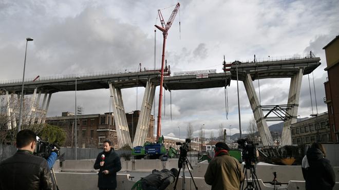 Démantèlement du pont de Gênes: un premier tronçon est détaché