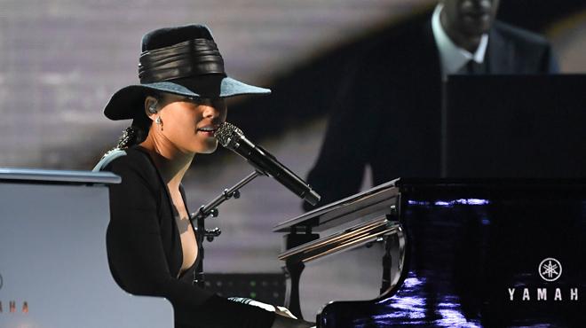 Alicia Keys joue à DEUX PIANOS en même temps