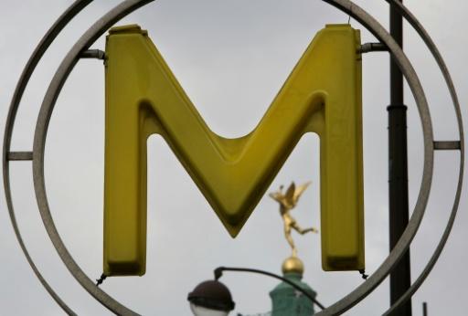 Paris: un homme gravement brûlé après avoir été aspergé d'un liquide dans le métro