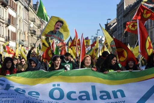 Des milliers de Kurdes défilent en France vingt ans après l'arrestation d'Öcalan