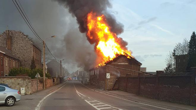 Farciennes: un violent incendie ravage une maison et un entrepôt