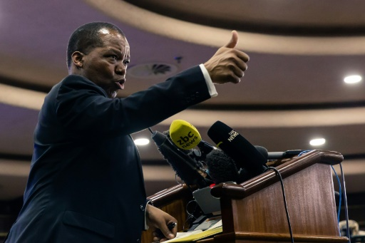 Etranglé financièrement, le Zimbabwe supprime la parité fixe entre ses