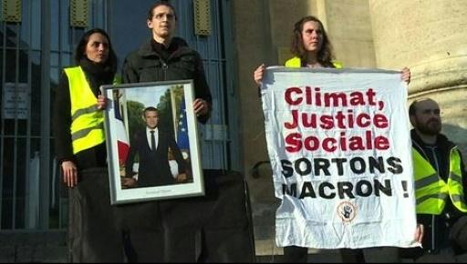 Des militants du climat décrochent le portrait de Macron en mairie