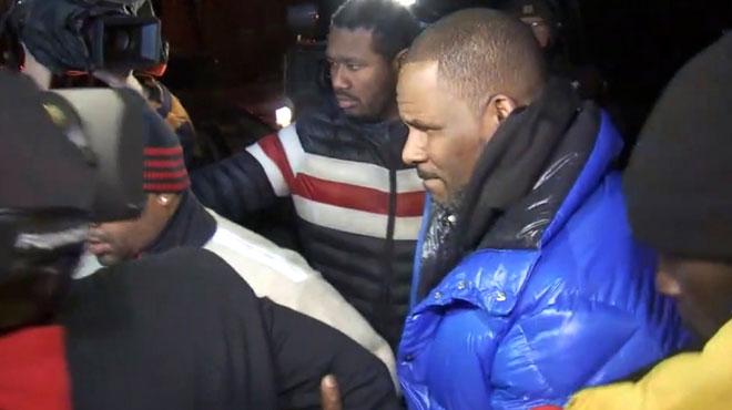 R. Kelly, inculpé pour abus sexuels, y compris sur mineures, s'est rendu aux autorités hier soir