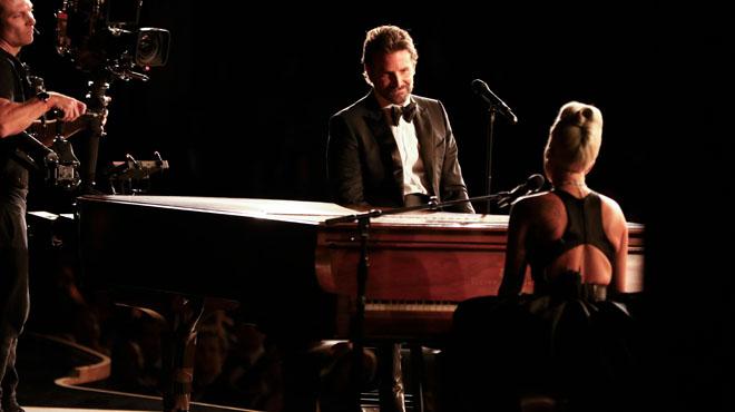 Moment chargé d'émotions aux Oscars: Bradley Cooper et Lady Gaga interprètent leur duo INTENSE