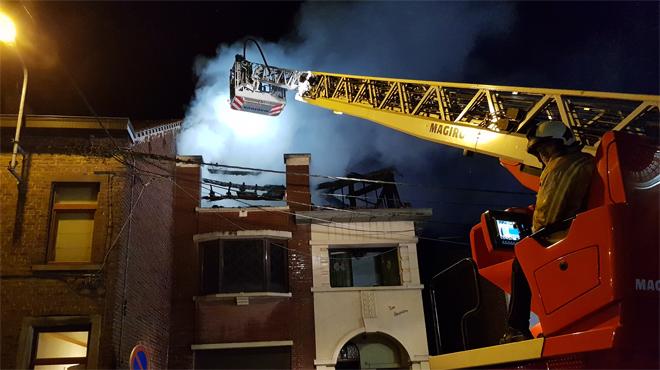 Des flammes jusqu'à la toiture dans un bâtiment de Pont-à-Celles: trois personnes âgées évacuées