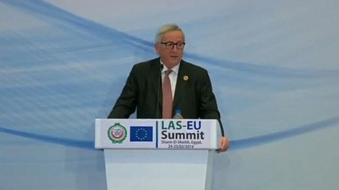 Jean-Claude Juncker répond à un appel téléphonique en pleine conférence de presse: