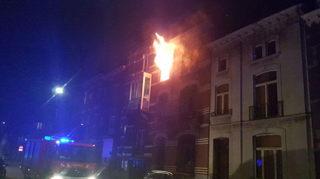 Charleroi: une petite explosion provoque un incendie dans un immeuble à appartements