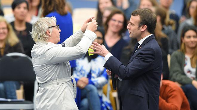 Une femme offre un gilet jaune à Emmanuel Macron qui le refuse vivement: