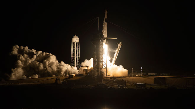 La capsule Dragon de SpaceX décolle et illumine dans un VACARME infernal la côte de la Floride
