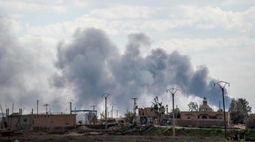 Boules de feu et fumée noire au-dessus du dernier réduit de l'EI en Syrie