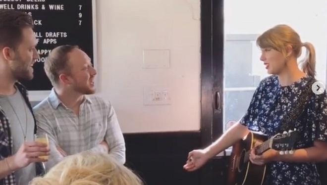 Il demande la main de son petit ami avec l'aide de TAYLOR SWIFT, venue interpréter leur chanson préférée (vidéo)