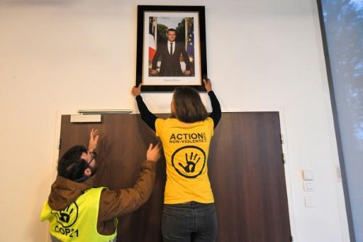 Loire-Atlantique : des militants écologistes décrochent un portrait de Macron