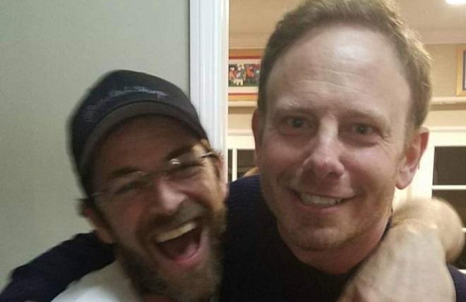 Ian Ziering, alias Steve Sanders dans la série Beverly Hills 90210 rend un vibrant hommage à Luke Perry