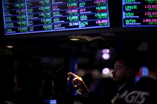 Wall Street, hésitante, perd un peu de terrain