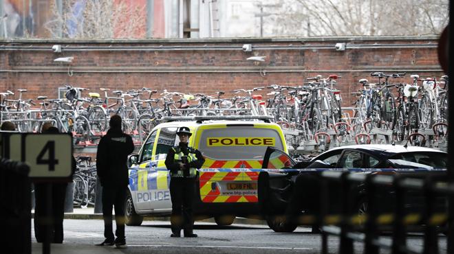 La police londonienne retrouve trois enveloppes contenant des explosifs aux aéroports et à la gare de Waterloo