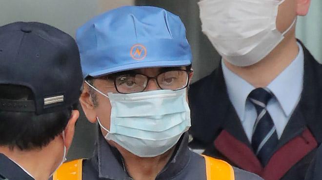 Dissimulé sous un masque, le sulfureux patron Carlos Ghosn a quitté la prison de Tokyo