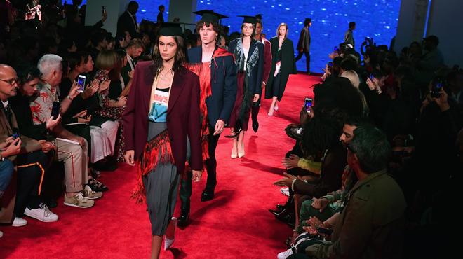Calvin Klein abandonne la mode haut de gamme, après le départ du Belge Raf Simons