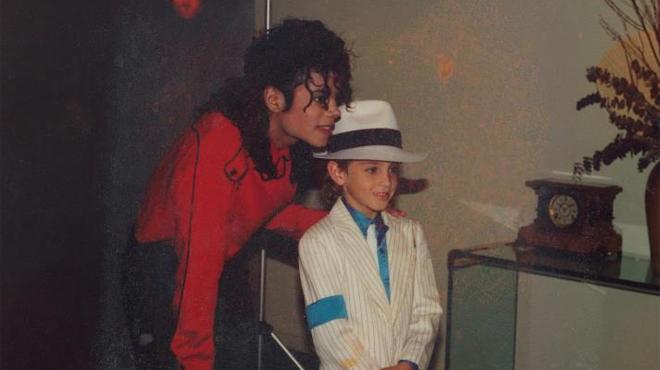Deux hommes racontent la face cachée de Michael Jackson: des témoignages qui choquent l'Amérique, à découvrir sur RTL TVI