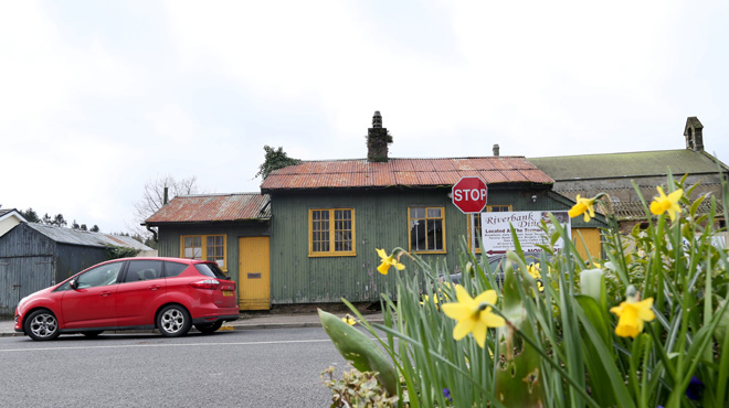 Pourquoi le petit village de Pettigoe, à cheval sur la frontière irlandaise, est-il pris d'assaut par les Britanniques?