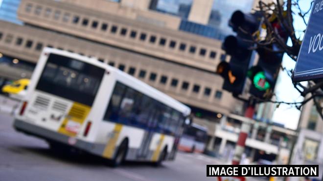 Coincée dans la porte d'un bus De Lijn, une fille est traînée sur plusieurs mètres