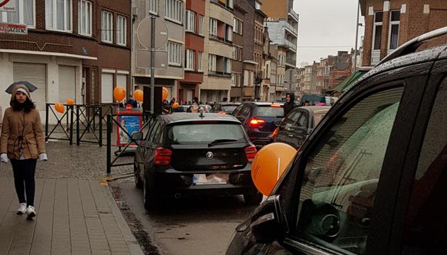 Des dizaines de ballons publicitaires placés sur des voitures ce matin à Anderlecht: est-ce permis?