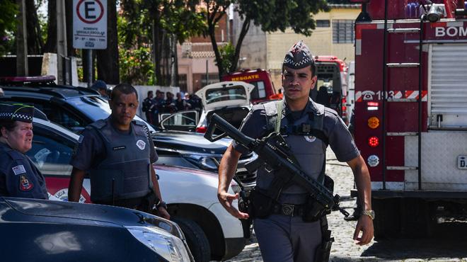 Deux assaillants ouvrent le feu dans une école au Brésil: