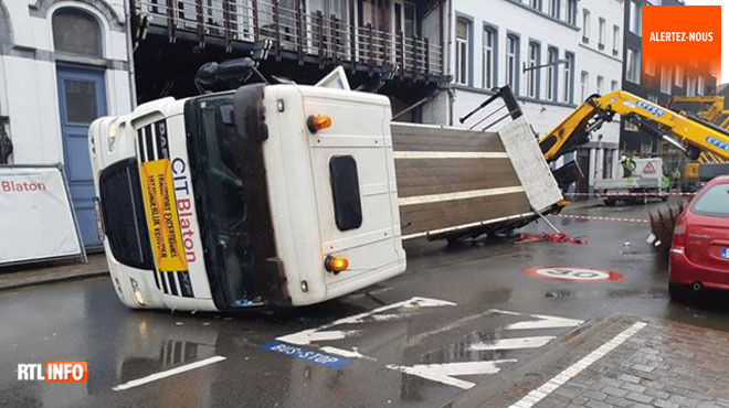 Un camion-grue se renverse en pleine rue à Schaerbeek: deux voitures endommagées (photos)