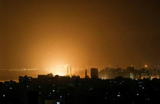 Israël frappe Gaza après des tirs de roquettes, à un moment sensible