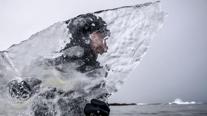 Le défi fou d'une bande de surfeurs en Norvège: affronter les vagues sur une planche en GLACE (photos)