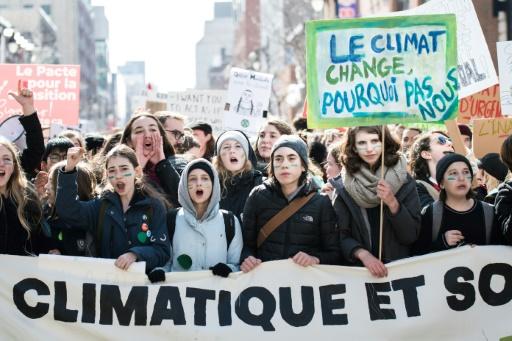 Climat: plusieurs milliers de jeunes dans les rues de Montréal