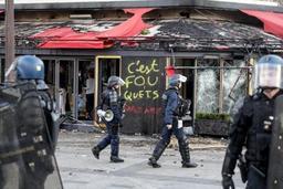 Gilets jaunes - Boutiques pillées et incendiées sur les Champs-Elysées à Paris