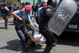 Nicaragua: la police s'en prend à des manifestants et des journalistes